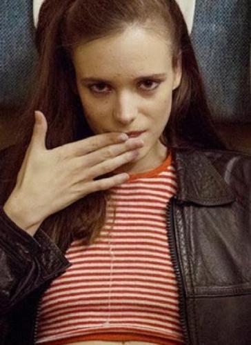 Не могу вспомнить кино, в котором девушка отдавалась всем в поезде
