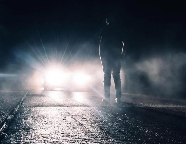 Помогите найти фильм Фильм парень убегает от машин или машины, ночью и прячется на свалке, залезает куда-то и по нему ползут букашки. Фильм скорей всего старый, так как видел этот отрывок давно по ТВ
