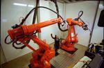 Мужик бежит от роботов сварщиков (фото)