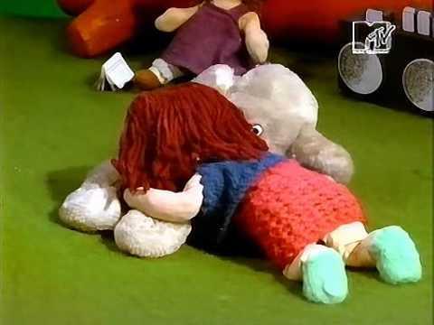 Клип, где игрушки занимаются сексом на природе. Клип начала 90х, англоязычный, крутили по MTV.