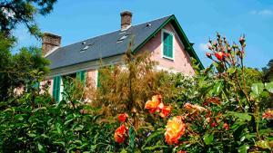 Французская писательница: роман о женщине, у которой свой сад, к ней проявляет чувства молодой мужчина
