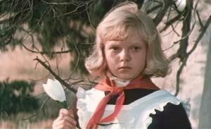 Советский фильм-сказка, в концовке помню парня привязывают к пушке, девушка идёт по поляне, она неслышит ничего, или заколдована, или с рождения.