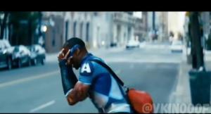 Фильм или сериал, там супергерой в синем костюме и на плечах буква А белая. Он супер быстро бегает и в видео когда бежит сносит одну девушку на смерть
