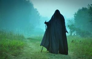 фильм про то, как сожгли ведьму и ее ребенка, она наложила проклятие. Ее ребенок стал чудовищем в мантии с капюшоном и спустя много лет, в наше время, такие монстры как он вернулись