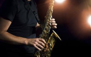 Фильм где парень играет на саксофоне, а девушка предвидит его несчастья