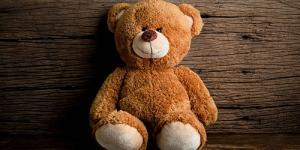 ищу старый фильм, про медведя и маленького мальчика, был у мальчика плюшевый медведь, которого он очень любил, но потом эта игрушка стала живой , там был момент где он ел что-то из кухни а он не замечал этого, позже они прятались от кого-то