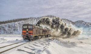 Заключенные в поезде едут зимой
