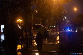Муж изменяет жене под ливнем на улице. Жена видит это из окна дома, но он убеждает ее, что ей это привиделось.