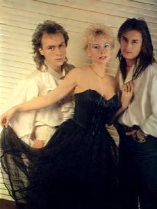 советская группа,исполнявшая муз.композиции в конце 80-х  по-моему в основном эл. гитарные,очень мелодичные,подчас тревожно-душу бередящие
