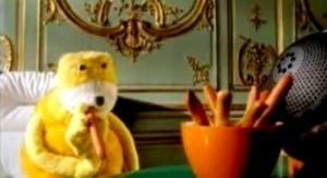 Желтая(?) кукла трясет головой под бит