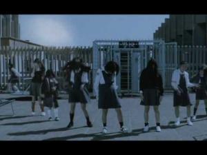 Японские школьницы со странными выражениями лиц, на школьном дворике. В определённый момент музыки их начинает жестко колбасить под неё.