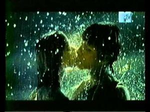 Клип с поцелуями, дождем/водой ?? (((((((((((((